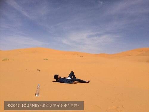 砂漠で寝るボク