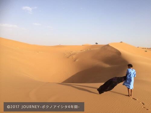 砂漠とモロッコ人