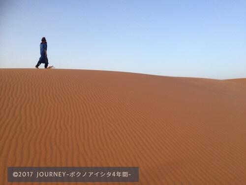 砂漠を歩くモロッコ人