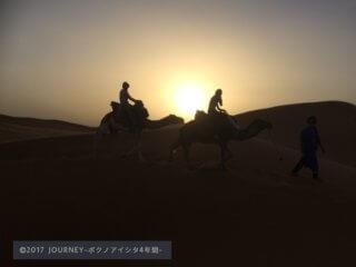 砂漠とラクダのシルエット
