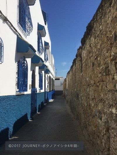 タンジェの白と青の建物