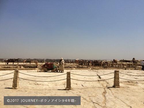 ピラミッド観光客ガラガラ