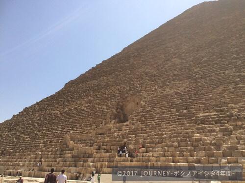 ピラミッドに登る人々