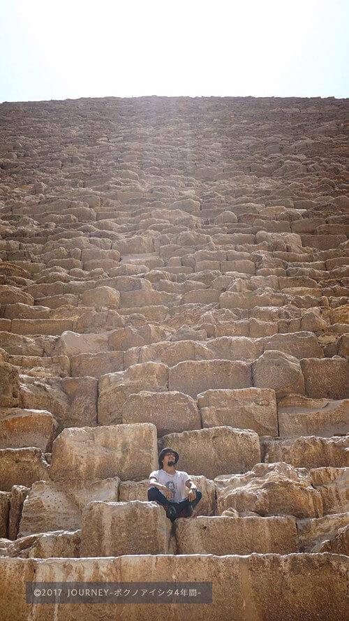 ピラミッドに登るボク