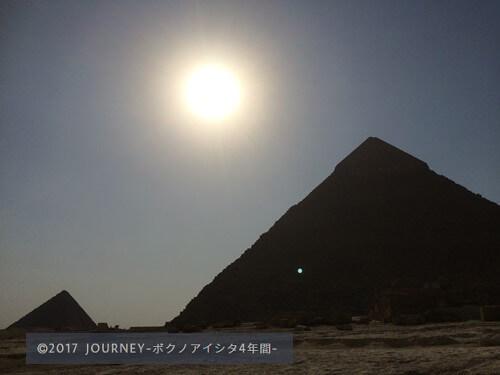 日が落ちるピラミッド